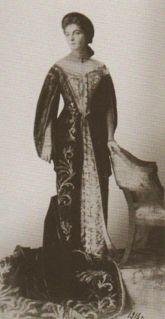 მერი შერვაშიძე ფრეილინას მოოქროვილ ალუბლისფერ სამოსში, 1913 წ.