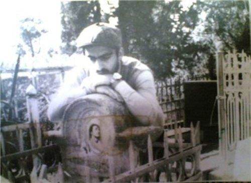 გიორგი ბუნდოვანი გრანელის ყოფილ საფლავზე, პეტრე-პავლეს სასაფლაო, 1985 წ.