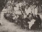ილია ჭავჭავაძე ცნობილი რუსი დრამატურგის ალ. ოსტროვსკის საპატივცემლოდ თბილისში გამართულ ნადიმზე, 1883 წლის ოქტომბერი, ილია ზის ზურგით, მარჯვნიდან მეექვსე