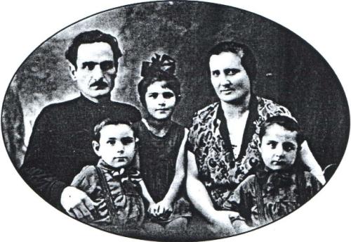 ანა კალანდაძე მშობლებთან და და ძმებთან, 1931