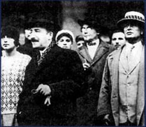 გრიგოლ რობაქიძე (მარჯვნივ) და შტეფან ცვეიგი (ცენტრში) ლევ ტოლსტოის 100 წლისთავზე, მოსკოვი, 1928
