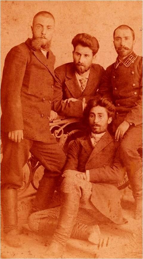 მიხაკო წერეთელი (შუაში, ფეხმორთხმით) გიორგი დეკანოზიშვილთან (მარჯვნიდან პირველი) და სხვა მეგობრებთან ერთად