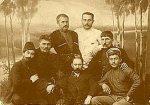სხედან (მარცხნიდან მარჯვნივ) იროდიონ ევდოშვილი, ბაჩანა, შიო მღვიმელი, ვაჟა-ფშაველა, ვაჟას შვილი ლევან რაზიკაშვილთან. დგანან თედო და სანდრო რაზიკაშვილები