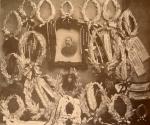ვერცხლის გვირგვინებით შემკული ილიას პორტრეტი სიონის ტაძარში