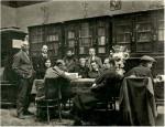 სამხატვრო გალერეის ბიბლიოთეკაში. სხედან მარცხნიდან ქეთევან მაღალაშვილი, ვალერიან სიდამონ-ერისთავი, ვახტანგ კოტეტიშვილი, დგანან მარცხნიდან გიგო ნათიძე, გიორგი ერისთავი, დარაჯი კაჯელაშვილი, მოსე თოიძე. 1930 წ