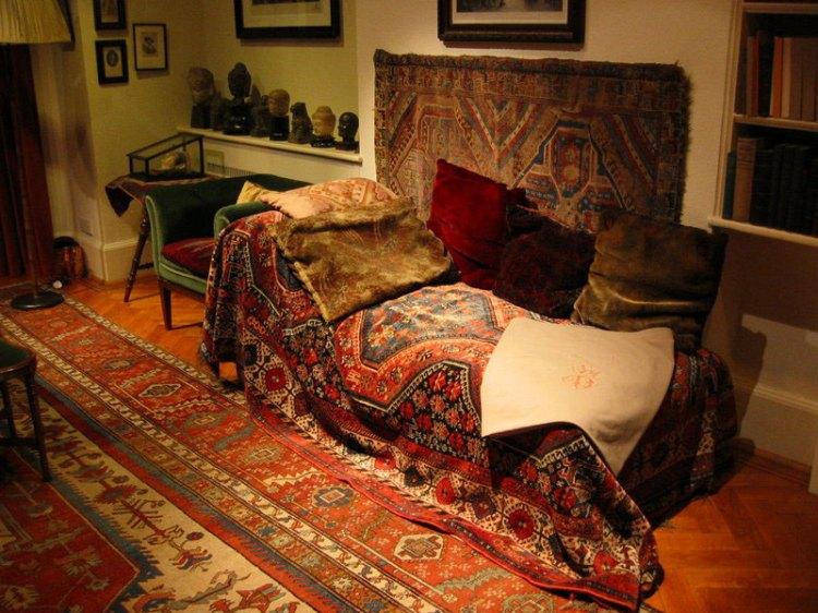 ფროიდის ცნობილი ტახტი; Freud's couch used during psychoanalytic sessions