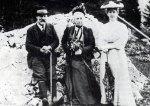დედასთან და მეუღლესთან მარტასთან, 1905