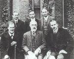 ფსიქოანალიზის ფუძემდებლები: ა. ბრილი, ე. ჯონსი, შ. ფერენცი, ზ. ფროიდი, გ. ჰოლი, კ. იუნგი; Group photo 1909 in front of Clark University. Front row: Sigmund Freud, G. Stanley Hall, Carl Jung; back row: Abraham A. Brill, Ernest Jones, Sándor Ferenczi