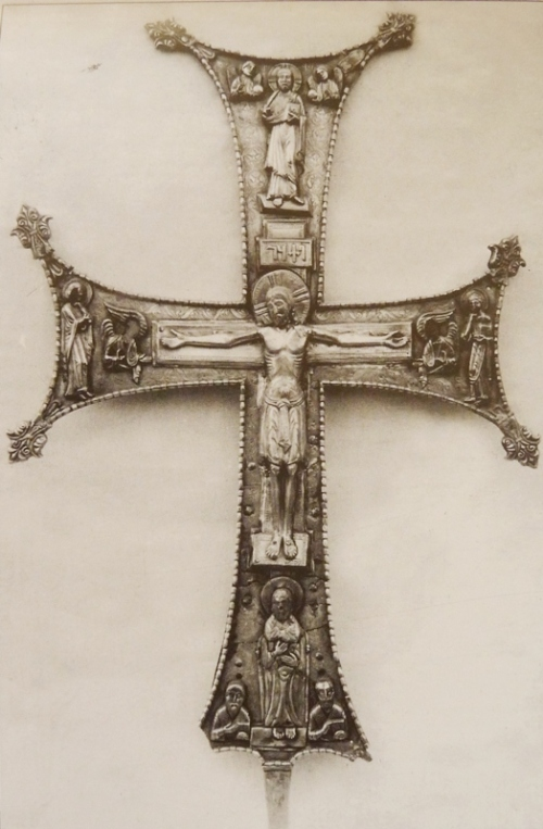 საწინამძღვრო ჯვარი. 1050 წ. წარწერაში მოიხსენიება ბაგრატ IV (1027-1072 წწ.). ოქრომჭედელი იოანე დიაკონი.