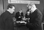 ილია ვეკუა დიპლომს გადასცემს ნოვოსიმბირსკის სახელმწიფო უნივერსიტეტის პირველ კურსდამთავრებულს, 1963 წ.