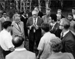 საბჭოთა-ამერიკული სიმპოზიუმის მონაწილენი, ცენტრში ილია ვეკუა და მ. ლავრენტიევი. ნოვოსიმბირსკის სახელმწიფო უნივერსიტეტი, 1963 წ.