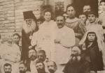 ილიაობა, სტუმრები საგურამოს სახლის კიბეზე (დეტალი)