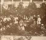 ილიაობა, სტუმრები საგურამოს ძველი სახლის წინ