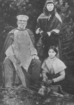 ელისაბედ ჭავჭავაძე-საგინაშვილისა და ილიას სიძე გენერალი ალექსანდრე საგინაშვილი ნათესავთან ერთად
