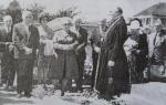 ვიქტორ ნოზაძის დასაფლავება ლევილში, 1975 წლის 26 აპრილს. პანაშვიდს ატარებს საფრანგეთის ქართული სათვისტომოს მღვდელი ილია მელია. წინა პლანზე ლიდა და გიორგი ნოზაძეები