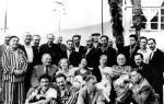 გურამ ასათიანი ქართველ მწერალთა ჯგუფთან გაგრაში. 1957 წ